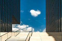 DUSSELDORF, GERMANY-SEPTEMBER 27,2014: Geschäftsgebäude mit stai Lizenzfreies Stockbild