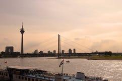 Dusseldorf horisont från Rhinet River Royaltyfri Foto