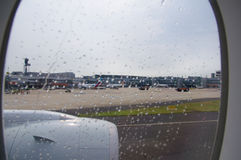 DUSSELDORF - 22 juillet 2016 : aéroport comme vu une fenêtre d'avions pendant la pluie Image stock