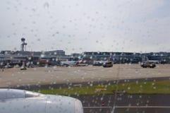DUSSELDORF - 22 juillet 2016 : aéroport comme vu une fenêtre d'avions pendant la pluie Photographie stock
