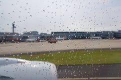 DUSSELDORF - 22 juillet 2016 : aéroport comme vu une fenêtre d'avions pendant la pluie Photos stock