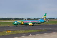 DUSSELDORF - 22 juillet 2016 : Aéroport - l'avion coloré roule au sol pour décollent Images stock