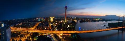 Dusseldorf la nuit Images stock