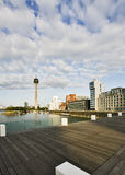 Dusseldorf-Mediahafen und Rhein-Kontrollturm Lizenzfreie Stockfotos