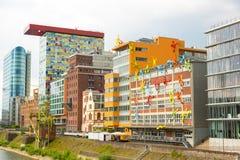 dusseldorf NIEMCY Junr 04, 2017 Kolorowych postaci na Roggendorfer Haus budynku Zdjęcie Royalty Free