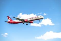 Dusseldorf Niemcy, Październik, - 05 2017: Airberlin Niki Aerobus A321 lądowanie przy Dusseldorf lotniskiem Zdjęcie Stock