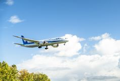 Dusseldorf Niemcy, Październik, - 05 2017: Ana Dreamliner lądowanie przy Dusseldorf lotniskiem Obrazy Stock