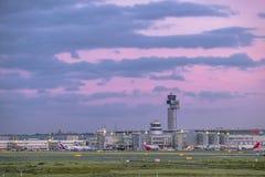 Dusseldorf Niemcy, Październik, - 05 2017: Słońce produkuje zadziwiających colours nad lotnisko Duesseldorf Obrazy Royalty Free