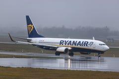 Dusseldorf, nrw/Alemanha - 11 01 19: avião de ryanair no aeroporto Alemanha de dusseldorf na chuva imagem de stock royalty free