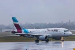 Dusseldorf, nrw/Alemanha - 11 01 19: avião dos eurowings no aeroporto Alemanha de dusseldorf na chuva imagem de stock