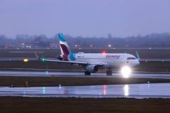 Dusseldorf, nrw/Alemanha - 11 01 19: avião dos eurowings no aeroporto Alemanha de dusseldorf na chuva imagens de stock