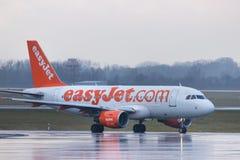 Dusseldorf, nrw/Alemanha - 11 01 18: avião fácil do jato no aeroporto Alemanha de dusseldorf na chuva fotografia de stock royalty free