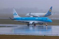 Dusseldorf, nrw/Allemagne - 11 01 19 : avion de lignes aériennes de lkm à l'aéroport Allemagne de Dusseldorf sous la pluie photographie stock libre de droits