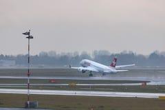 Dusseldorf, nrw/Allemagne - 11 01 19 : lignes aériennes suisses mettant en marche l'avion à l'aéroport Allemagne de Dusseldorf photos stock