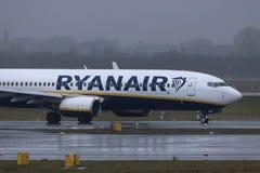 Dusseldorf, nrw/Germania - 11 01 19: aeroplano del Ryanair all'aeroporto Germania di Dusseldorf nella pioggia fotografie stock