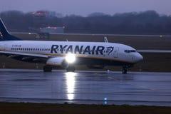 Dusseldorf, nrw/Germania - 11 01 19: aeroplano del Ryanair all'aeroporto Germania di Dusseldorf nella pioggia fotografia stock libera da diritti
