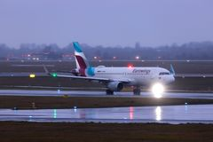 Dusseldorf nrw, Germany,/- 11 01 19: eurowings samolotowi przy Dusseldorf lotniskowy Germany w deszczu obrazy stock