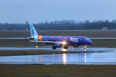 Dusseldorf nrw, Germany,/- 11 01 19: flybe samolot przy Dusseldorf lotniskowy Germany w deszczu zdjęcie royalty free
