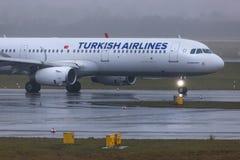 Dusseldorf nrw, Germany,/- 11 01 19: tureckie linie lotnicze samolotowe przy Dusseldorf lotniskowy Germany w deszczu obraz stock