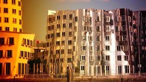 DUSSELDORF TYSKLAND: Frank nolla Gehrys härbärgerar förvridna byggnader och Rhinetower i massmedia området i Dusseldorf Ultra hd  stock video