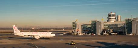 Dusseldorf Tyskland - Januari 21, 2017: Nivån som landas, och flyttningar till terminalen Royaltyfria Bilder