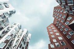 DUSSELDORF TYSKLAND - Juni, 2017: byggnader av det Neuer Zollhof komplexet planlade vid Frank Gehry arkitekter Fotografering för Bildbyråer