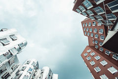 DUSSELDORF TYSKLAND - Juni, 2017: byggnader av det Neuer Zollhof komplexet planlade vid Frank Gehry arkitekter Arkivbilder