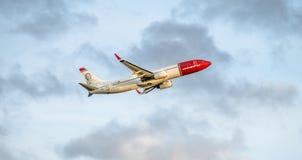 Dusseldorf Tyskland - Oktober 05 2017: Norska flygbolag Boeing 737 som startar på den Dusseldorf flygplatsen Fotografering för Bildbyråer