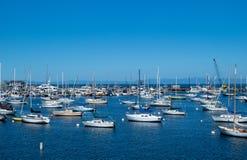 Dussintals segelbåtar i ett hamnmarinaområde arkivfoton