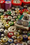 Dussintals typer, format, färger av använda batterier och ackumulatorer återanvändning arkivfoton