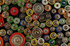 Dussintals typer, format, färger av använda batterier och ackumulatorer Förberedelser för återanvändning eller utnyttjande royaltyfria bilder