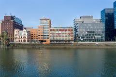 DUSSLEDORF, ALEMANIA - 7 DE FEBRERO DE 2018: Julo-Levin-Ufer en el medios puerto Düsseldorf con el edificio de Roggendorfer Haus imagenes de archivo
