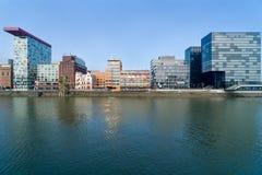 DUSSLEDORF, ALEMANIA - 7 DE FEBRERO DE 2018: Julo-Levin-Ufer en el medios puerto Düsseldorf con el edificio de Roggendorfer Haus fotografía de archivo libre de regalías