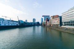 DUSSLEDORF, ALEMANIA - 7 DE FEBRERO DE 2018: Julo-Levin-Ufer en el medios puerto Düsseldorf con el edificio de Roggendorfer Haus imagen de archivo libre de regalías