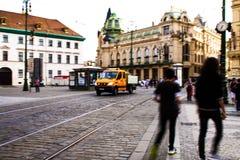 Dustmen en dustcart in Praag stock fotografie