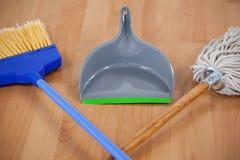 Dustpan, широкий веник и mop на деревянном поле Стоковые Изображения RF