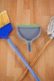 Dustpan, широкий веник и mop на деревянном поле Стоковая Фотография