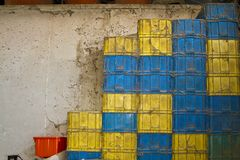 Dusty Bright Color Plastic Containers-Stapel Stockbilder