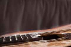 Dusty Classical Guitar-Close-up met Exemplaarruimte stock foto's