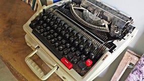 Dusty Old-Schreibmaschine auf Holztisch stockfotografie