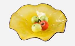 Dusty Yellow Bowl mit Äpfeln und Tomaten Stockbild