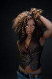 Duszna egzotyczna amerykanin afrykańskiego pochodzenia kobieta z dużymi włosianymi i czerwonymi wargami Zdjęcia Royalty Free