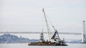 DUTRA-BÄVER som muddrar i Sanen Francisco Bay Royaltyfri Foto