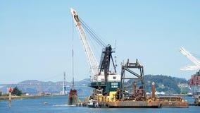 Dutra DB 24, das durch den Hafen von Oakland ausbaggert Lizenzfreie Stockfotografie
