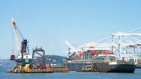 Dutra DB 24, das durch den Hafen von Oakland ausbaggert Stockbilder