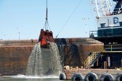 Dutra DB 24, das durch den Hafen von Oakland ausbaggert Lizenzfreies Stockfoto