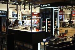 Duty free κατάστημα ΙΣΤΑΝΜΠΟΎΛ, ΤΟΥΡΚΙΑ - τον Οκτώβριο του 2017 στοκ φωτογραφίες με δικαίωμα ελεύθερης χρήσης