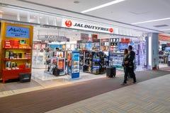 Duty free κατάστημα στον αερολιμένα Narita στην Ιαπωνία Στοκ Εικόνες