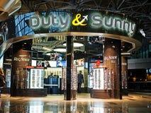 Duty& Sunny Duty Free Shop vid RegStaer på den Vnukovo flygplatsen, Moskva Arkivfoto