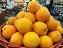 Dutzend der Orange im Korb im Supermarkt, Stapel der Orange im Markt Stockfotografie